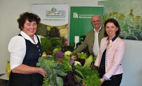 Bio-Bäuerin Gabriele Wild-Obermayr, Gemüseverband Obmann Ewald Mayer mit der Präsidentin der LK OÖ Michaela Langer-Weninger (Foto LK OÖ)